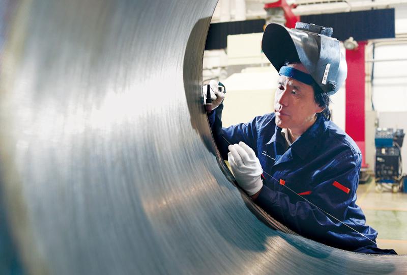高�P林是2017年度北京榜�樱��D�樗�正在焊接火箭�l��C大��管。 中共北京市委宣�鞑抗�D
