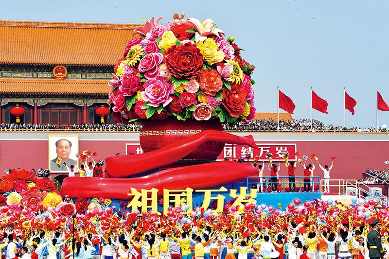 """2019年10月1日上午,庆祝中华人民共和国成立70周年大会在北京天安门广场隆重举行。图为群众游行中的""""祖国万岁""""方阵。 新华社记者 杨宗友/摄"""