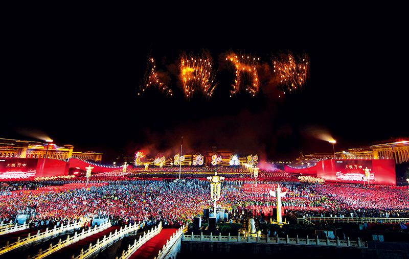 """2019年10月1日晚,庆祝中华人民共和国成立70周年联欢活动在北京天安门广场盛大举行。图为绚丽烟花排列出了""""人民万岁""""的字样。 李舸/摄"""